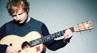 Ed Sheeran é flagrado usando 'anel de casamento' e a internet vai à loucura