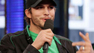 Ashton Kutcher pegou um microfone e saiu cantando