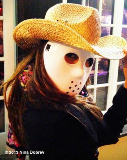Ranking das melhores fantasias de Halloween de Nina Dobrev - Fizemos uma lista das melhores fantasias de Nina Dobrev nos últimos Halloweens. Começando por essa aqui, em 7° lugar de Cowboy Jason