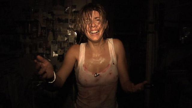 """14 Filmes de terror para ver no Netflix - """"REC"""" – """"Abismo do Medo"""" acabou me remetendo a outro filme, este espanhol de 2007 sobre uma jornalista e seu câmera. Eles acompanham uma emergência num prédio residencial, o que dá início a descobertas assustadoras, registradas pela equipe jornalística presa lá dentro."""