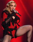 Madonna cai em apresentação no Brit Awards